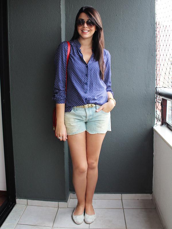 ada720ad1 Camisa azul de bolinhas brancas Maria Filó • Short jeans claro Farm •  Sapatilha de crochê H&M • Bolsa vermelha Farm (presente da amiga Paloma!)