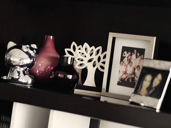decoracao de sala lilas : decoracao de sala lilas:Estante: vasos, Hello Kitty da Sephora, prêmios Abril e porta