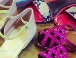 Bright colors em sapatilhas, sandálias e bolsas