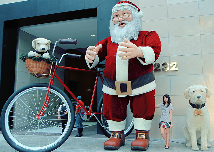 Papai Noel e Iaiá, na frente do Shopping Iguatemi