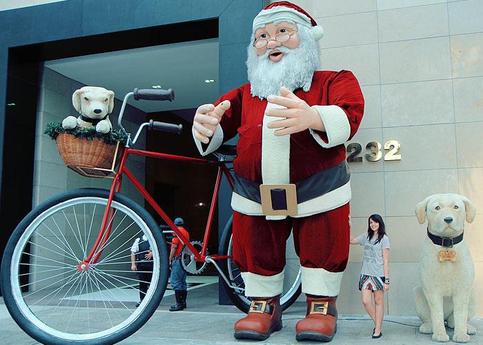 Papai Noel e Iaiá, na frente do Shopping Iguatemi