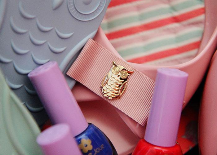 Detalhe da corujinha dourada na sandália