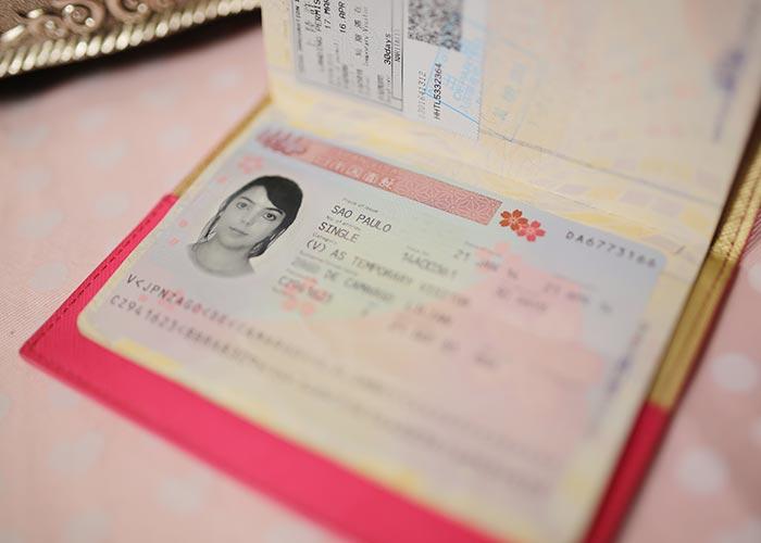 O visto japonês tem desenhos de sakuras
