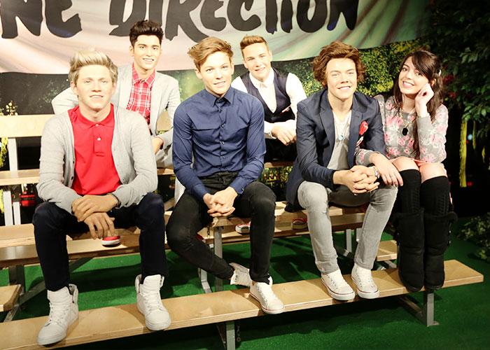 """Depois de uma looooonga fila, os bonecos de cera do """"One Direction"""""""