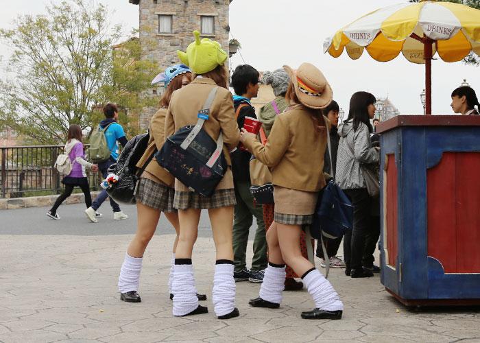Amigas com a mesma roupa no DisneySea