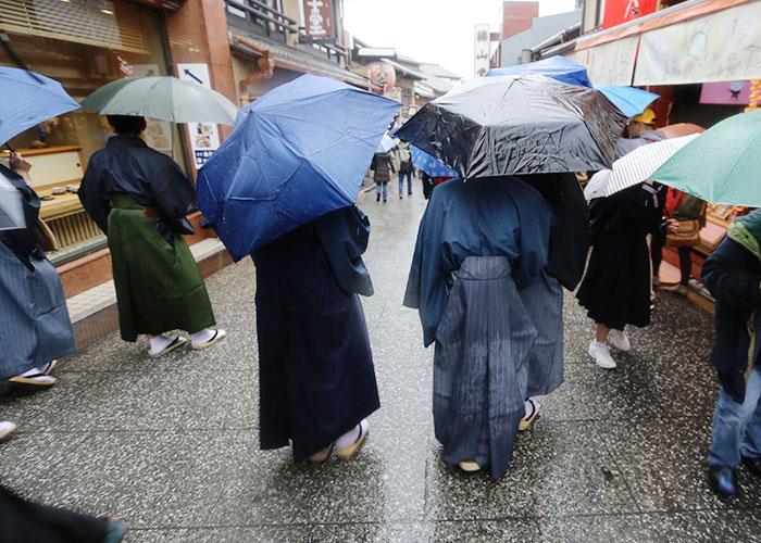 Meninos de quimono em Quioto
