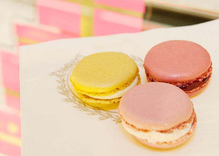 Macaron de limão siciliano + macaron de framboesa + macaron de rosa = La Tentation!