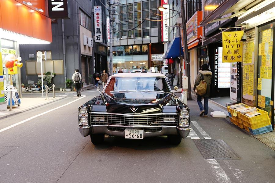 Cadillac nas ruas de Akihabara
