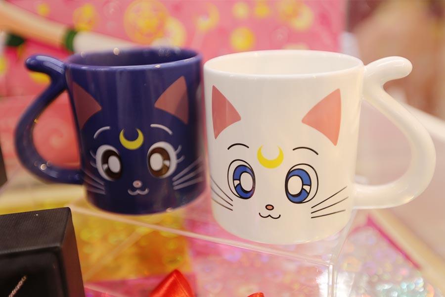 "Canecas de Lua e Artemis de ""Sailor Moon"""