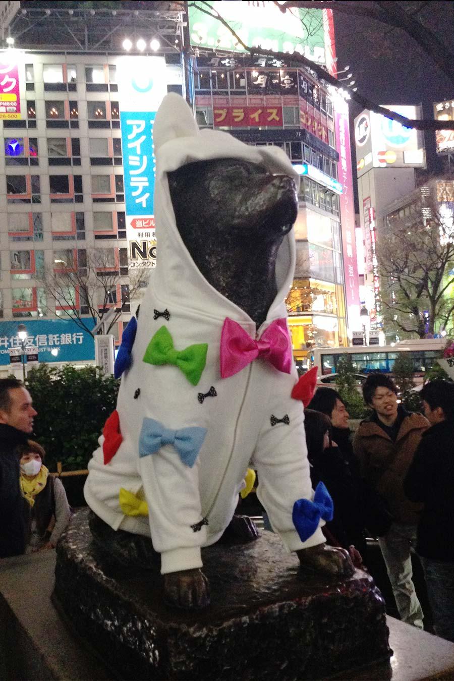 Estátua do Hachiko com roupinha pra uma ação promocional da semana de moda de Tóquio