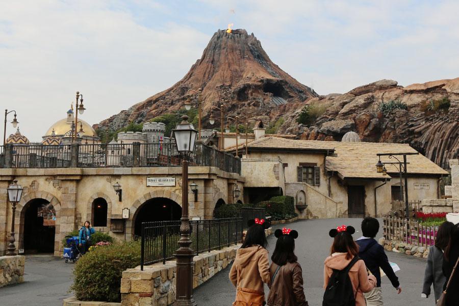 O vulcão Monte Prometheus fica exatamente no centro do parque e tem a mesma altura que o castelo da Cinderella de Tokyo Disneyland