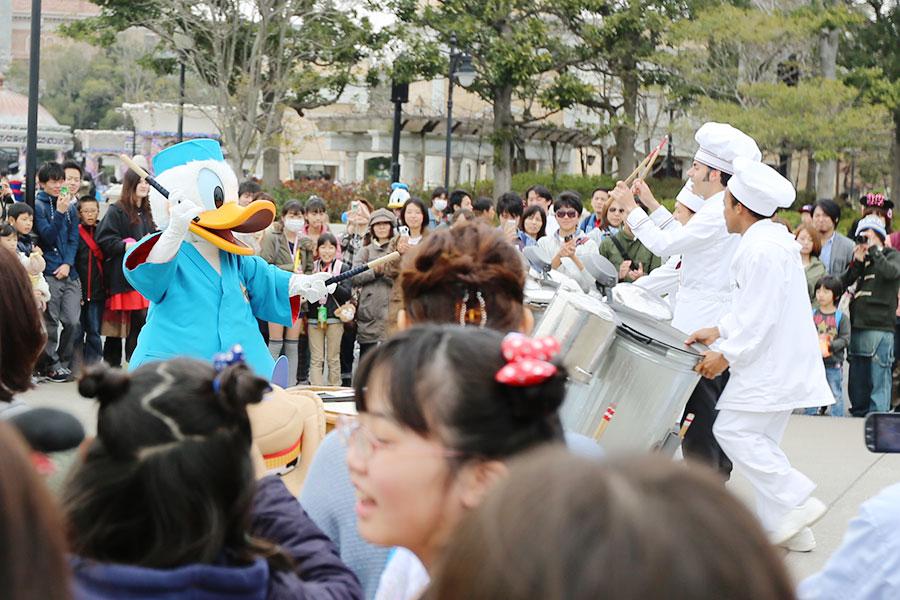 Pato Donald batucando em panelas em American Waterfront
