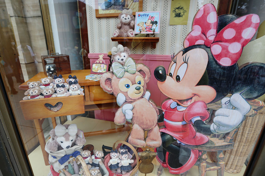 Vitrine de loja do Duffy com Minnie costurando a Shellie May