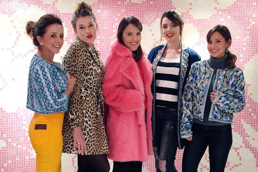 Experimentando casacos com Cami, Niina, Lari e Lu