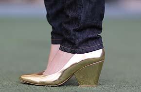 4 jeitos de usar: Escarpim dourado