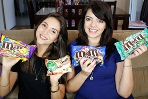 Provando sabores diferentes de M&M's