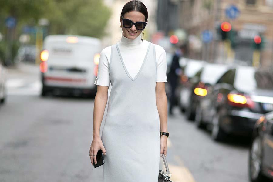 tendencia-vestido-sobre-blusa-de-gola-alta-001