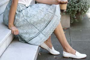 Como usar: Saia midi com sapato sem salto