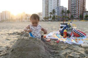 O que levar na bolsa de praia do bebê