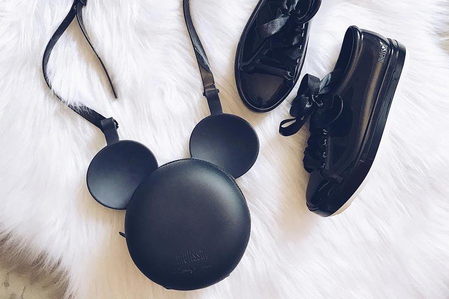 7d6fdcf3add Melissa Be + Disney - Tênis e bolsas com orelhinhas do Mickey ...