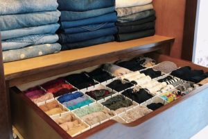 Organização do closet com personal organizer