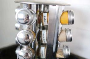 Organização da cozinha com rotuladora eletrônica